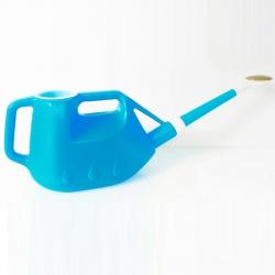 Plastic blauwe gieter met...